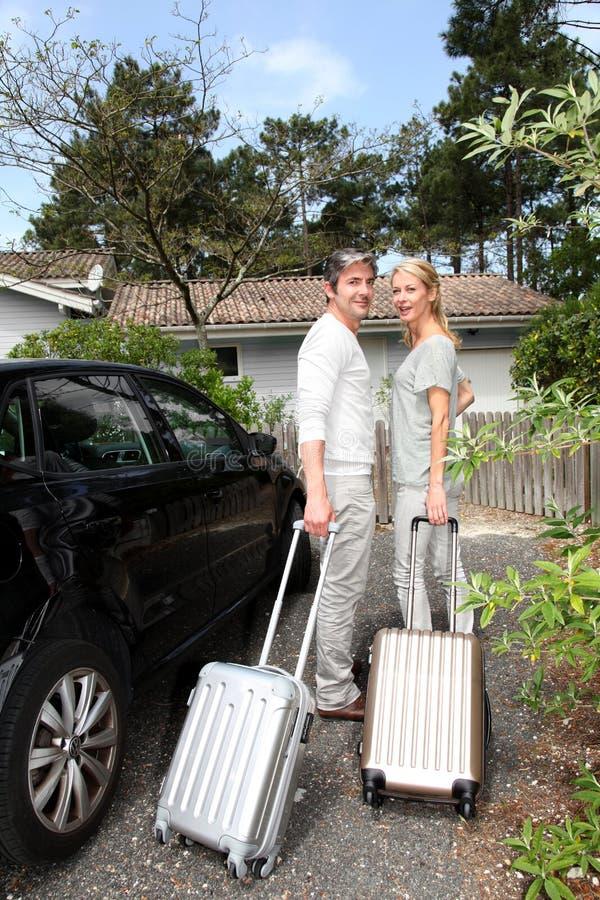 Lyckliga medelåldersa par som tillbaka kommer, returnerar från lopp arkivfoton