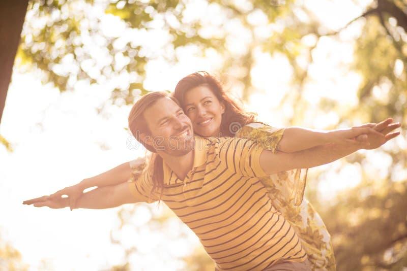 Lyckliga mellersta ålderpar tycker om på naturen royaltyfri fotografi