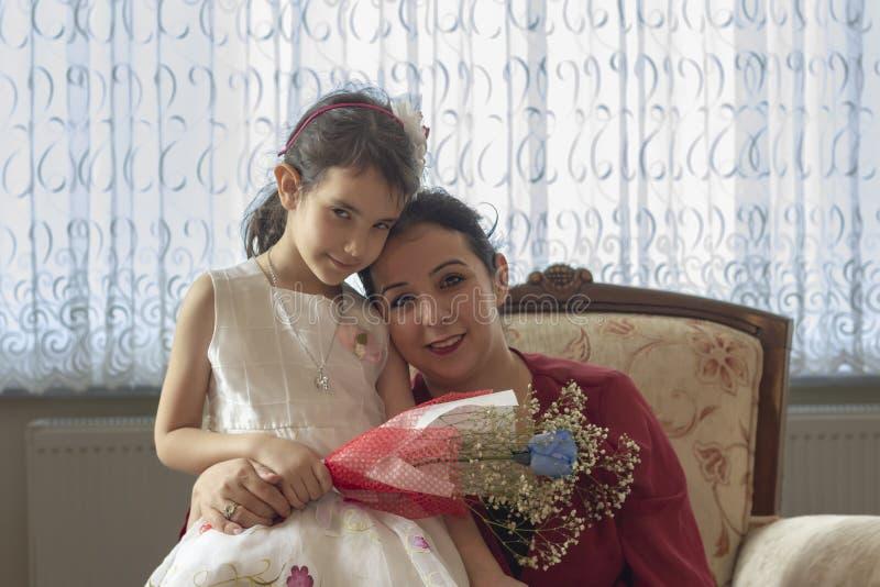 Lyckliga moders dag med barn arkivbild