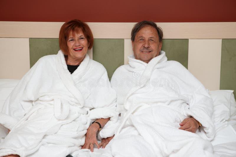 Lyckliga mogna par på wellnesshotellet arkivfoton
