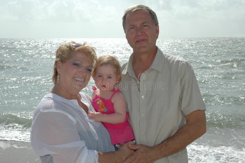 lyckliga morföräldrar arkivfoton