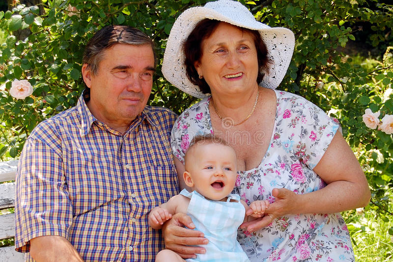 lyckliga morföräldrar royaltyfri foto