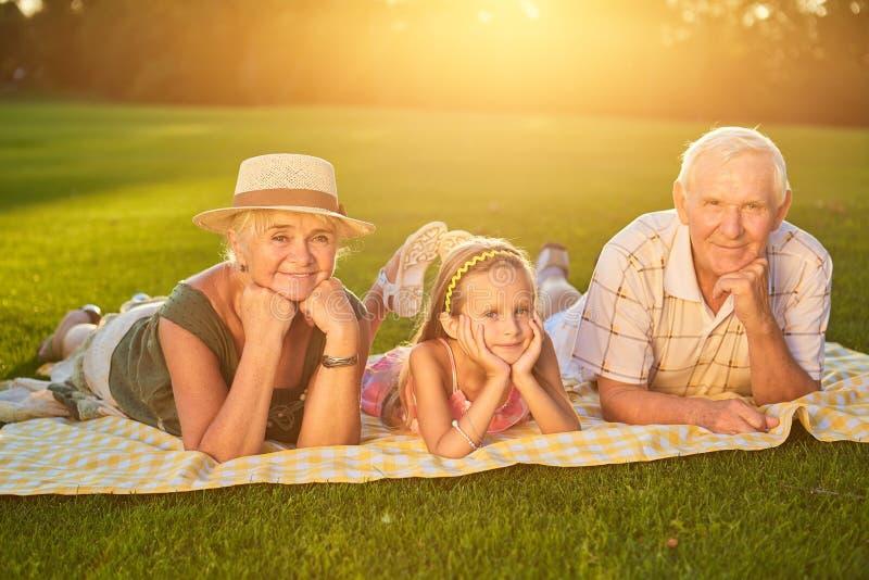 Lyckliga morföräldrar med barnbarnet royaltyfri bild