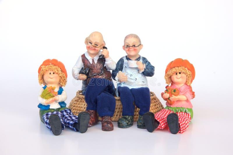 Lyckliga morföräldrar och barnbarn - utomhus - lagerför bild royaltyfri fotografi