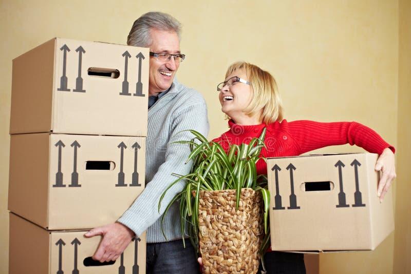lyckliga moving pensionärer royaltyfri fotografi