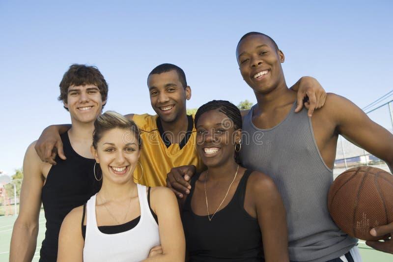 Lyckliga Multiracial vänner arkivfoto