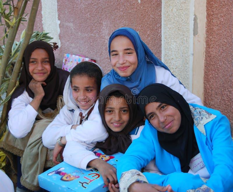 Lyckliga muslimska flickor i Egypten arkivfoton