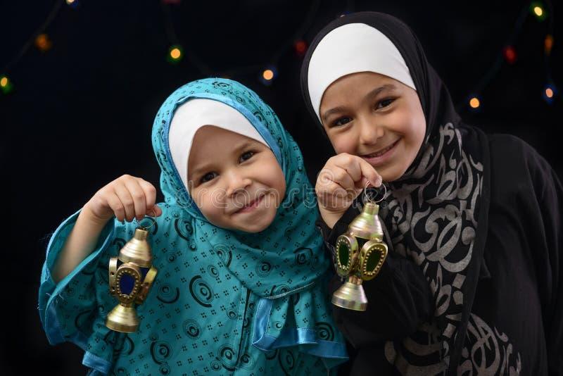 Lyckliga muslimska flickor med Ramadan Lantern arkivfoto
