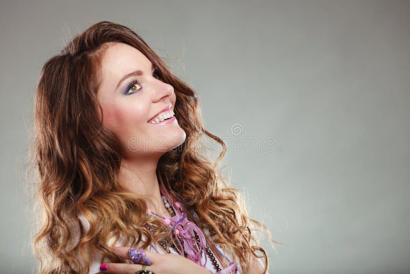 Lyckliga nätta bärande smyckenhalsband för ung kvinna royaltyfria bilder