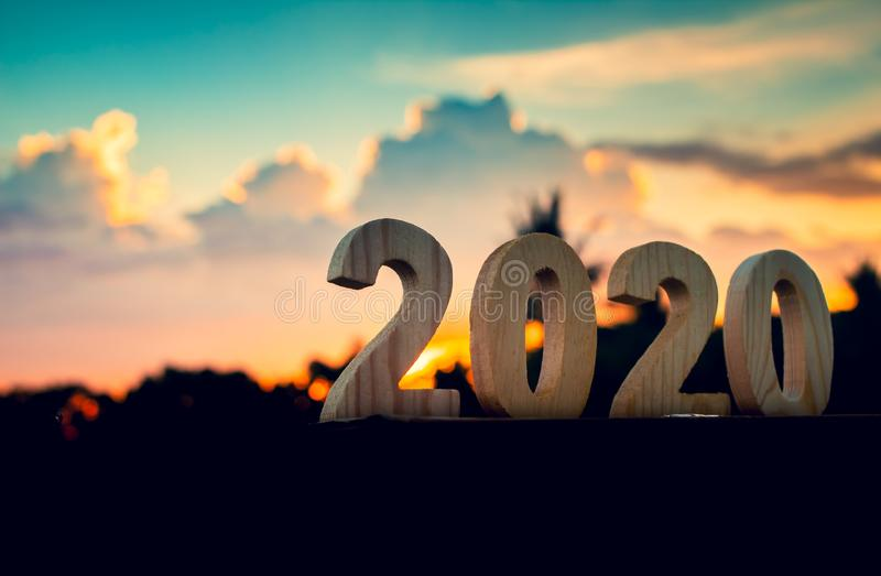 2020 lyckliga nya år av tränumret med den härliga naturen för himmel- och molnskymning royaltyfria foton