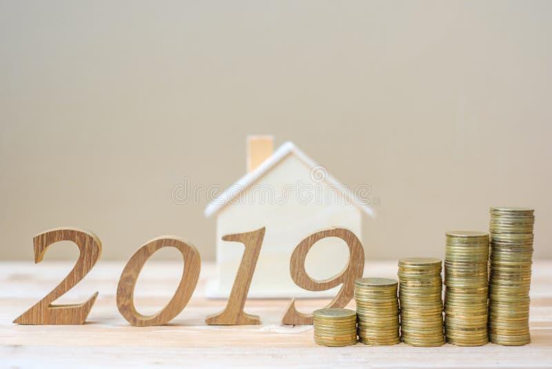 2019 lyckliga nya år med bunten för guld- mynt och tränummer på tabellen affär investering, avgångplanläggning, finans, besparing arkivfoto