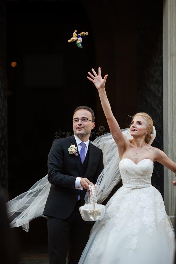 Lyckliga nygift personpar fotografering för bildbyråer