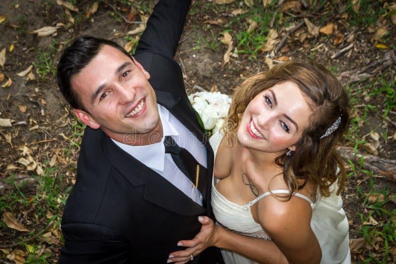 Lyckliga nygifta personer arkivbilder