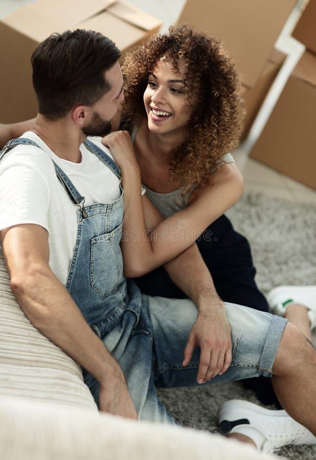 Lyckliga nygifta personer i en ny lägenhet arkivbilder