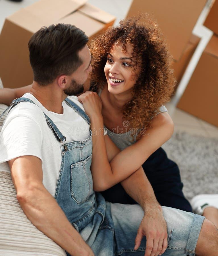 Lyckliga nygifta personer i en ny lägenhet fotografering för bildbyråer