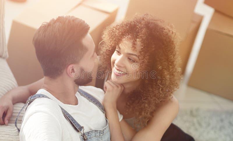 Lyckliga nygifta personer i en ny lägenhet arkivbild