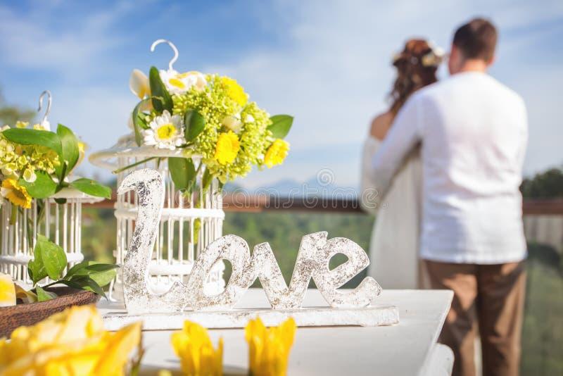 Lyckliga nygifta personer kopplar ihop i förbindelsen, bröllopceremoni i Ubud arkivbild