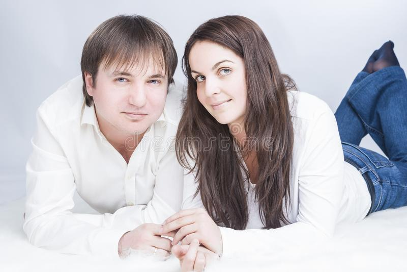 Lyckliga och positiva Caucasian par som har Tid tillsammans meddela arkivfoton