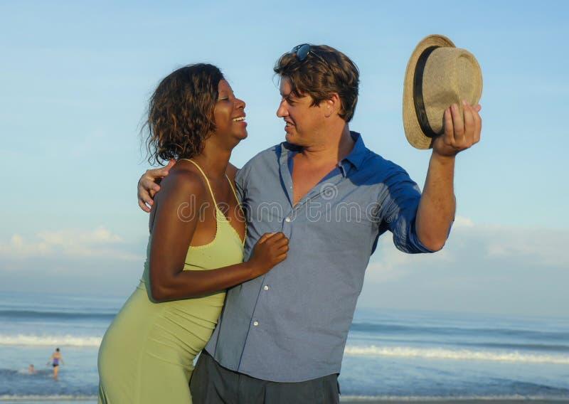 Lyckliga och romantiska par för blandat lopp med den attraktiva svarta afrikansk amerikankvinnan och Caucasian mannen som spelar  royaltyfri bild