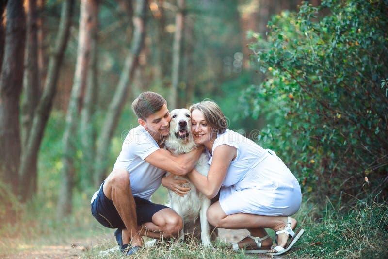 Lyckliga par av framtidsföräldrar med husdjuret royaltyfria foton