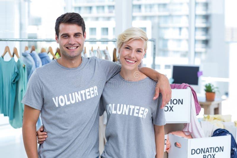 Lyckliga par av volontären royaltyfri foto