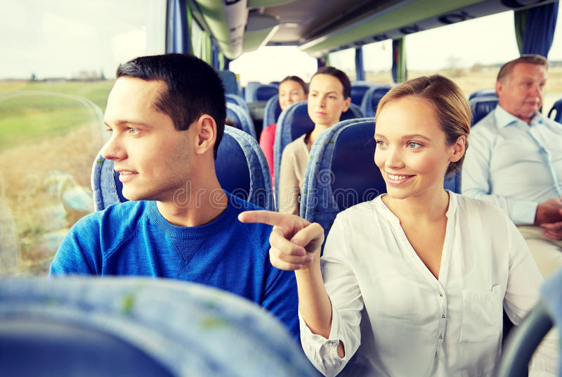 Lyckliga par eller passagerare i loppbuss royaltyfria bilder