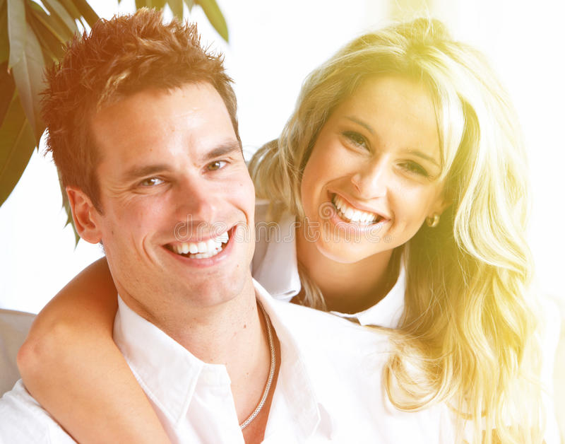 Lyckliga par hemma. royaltyfria bilder