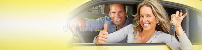 Lyckliga par i bil royaltyfri foto