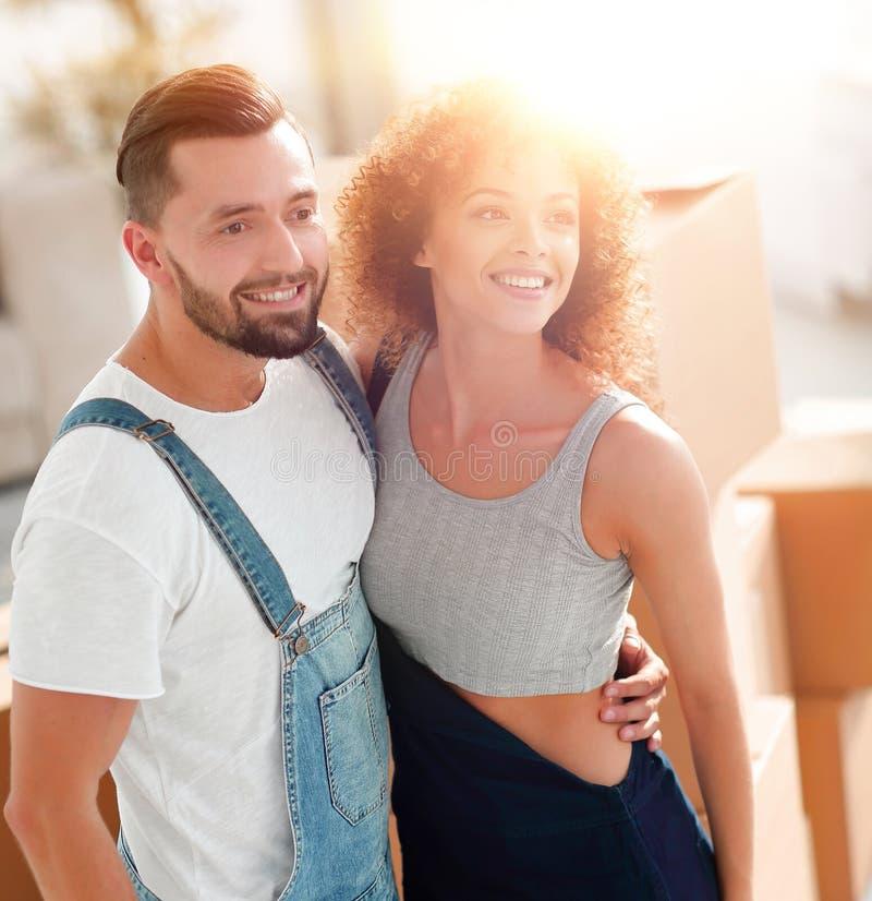 Lyckliga par i en ny lägenhet arkivbilder