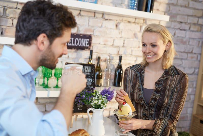 Lyckliga par i kafeteria royaltyfri fotografi