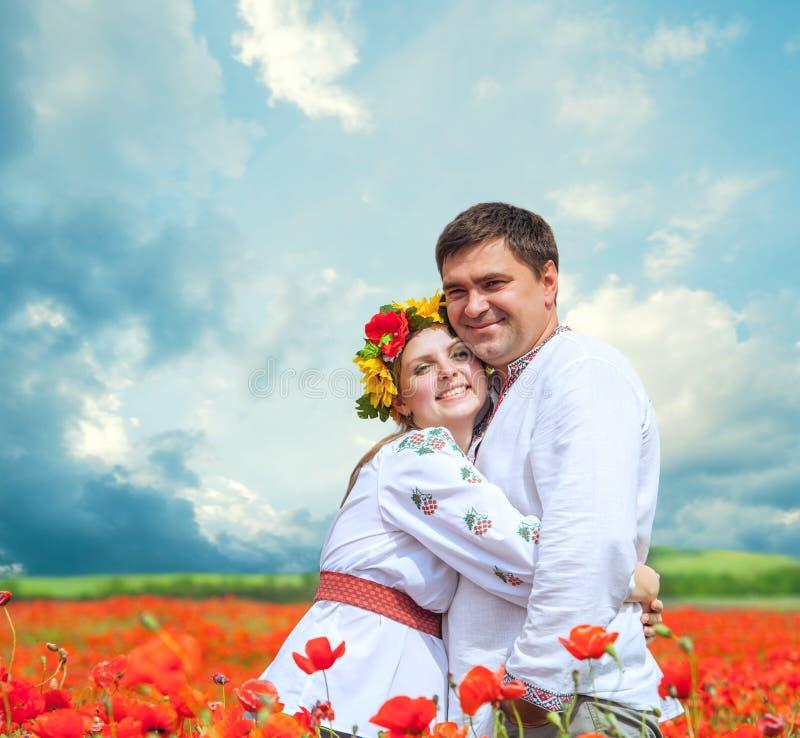 Lyckliga par i nationell ukrainsk klänning  royaltyfri foto