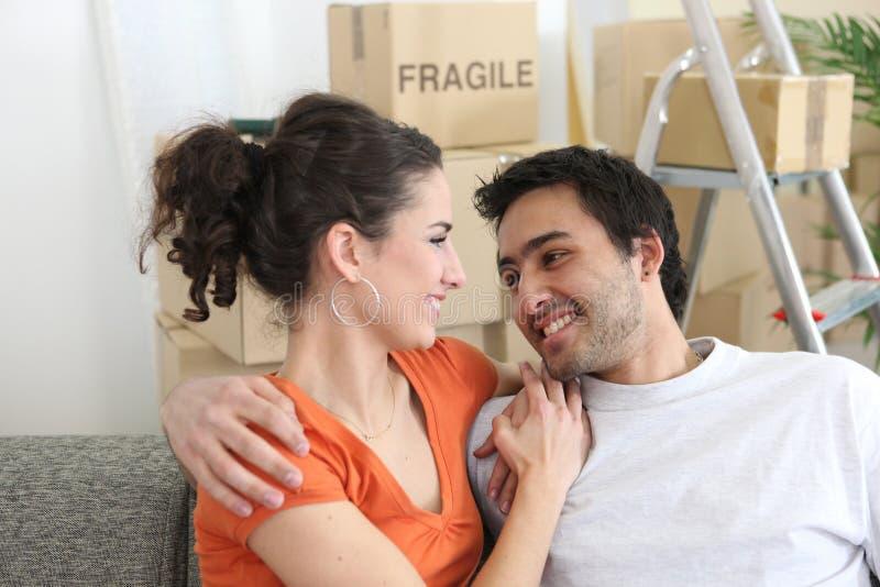 Lyckliga par i ny lägenhet fotografering för bildbyråer