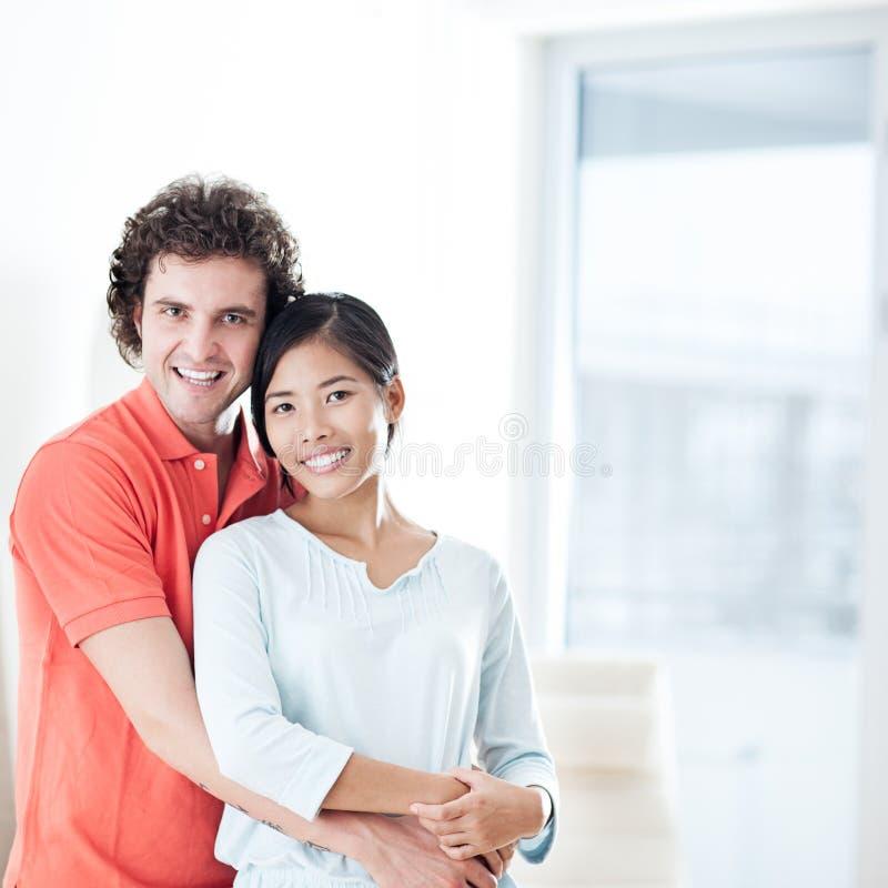 Lyckliga par i nytt hem arkivfoto