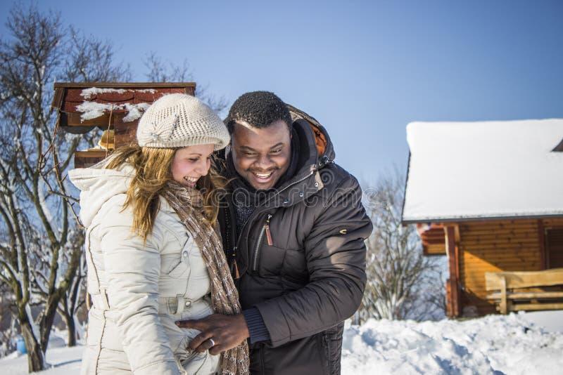 Lyckliga par i snön royaltyfria bilder