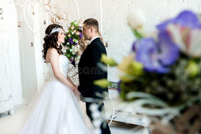Lyckliga par i svartvitt ordnar till för att få gifta arkivbilder