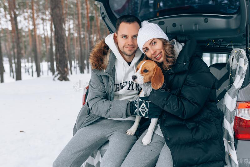 Lyckliga par i vinterskogvintern kryddar arkivfoton