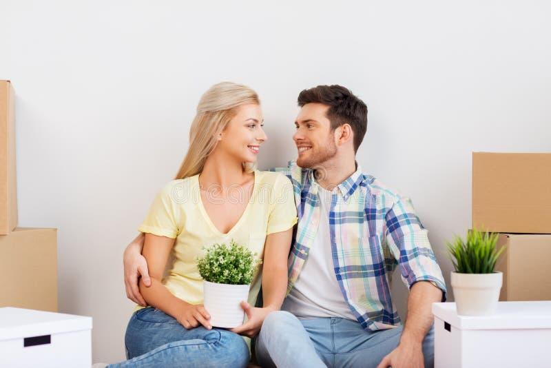 Lyckliga par med askar som flyttar sig till det nya hemmet royaltyfri fotografi