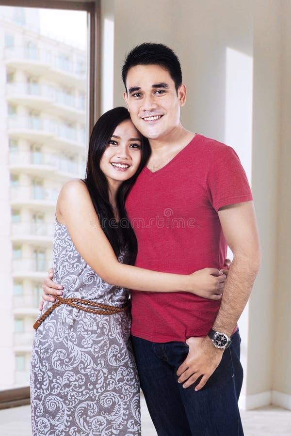 Lyckliga par med den nya lägenheten arkivfoton
