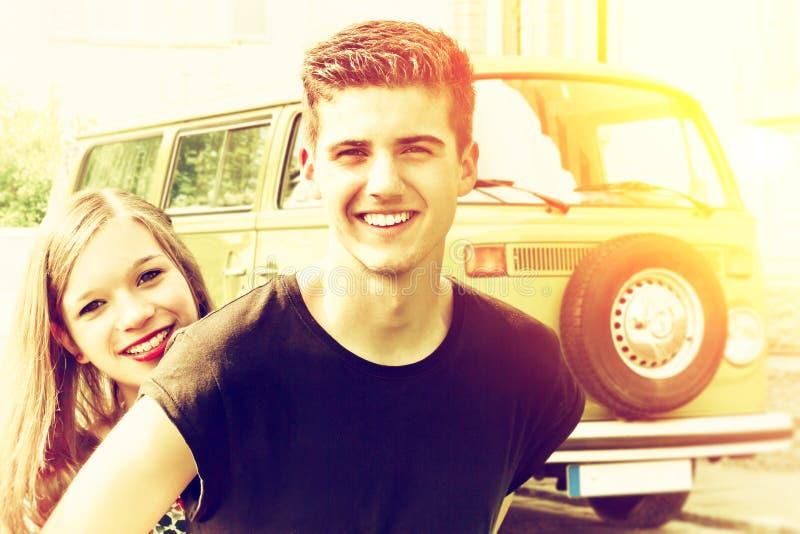 Lyckliga par med deras första bil arkivfoton
