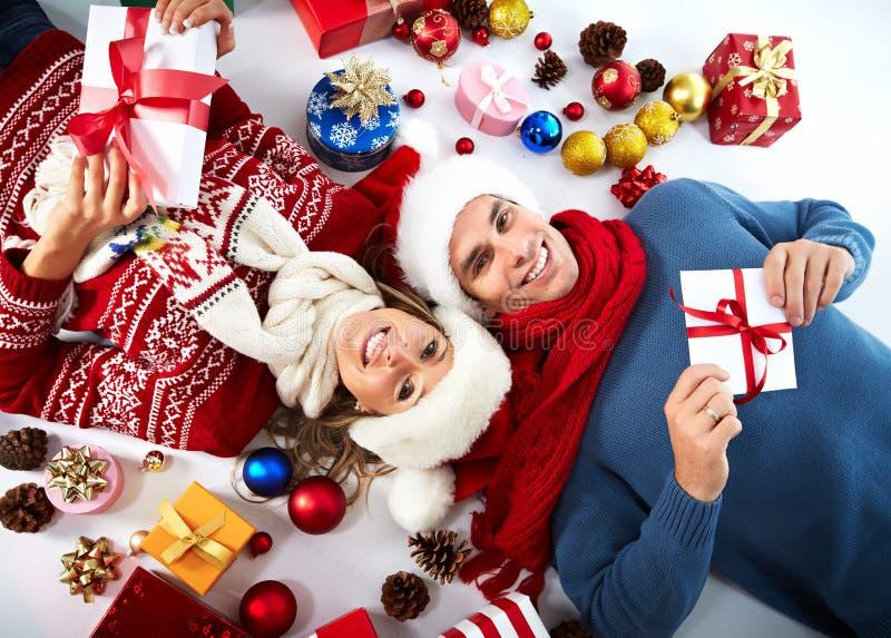 Lyckliga par med julgåva. royaltyfria bilder