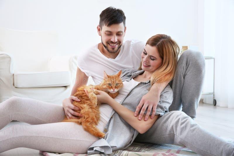 Lyckliga par med katten fotografering för bildbyråer
