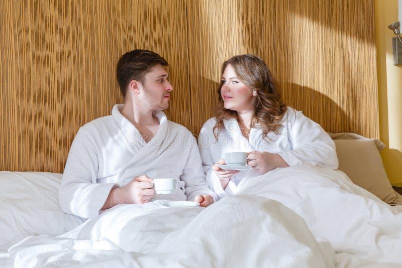 Lyckliga par med koppar fotografering för bildbyråer