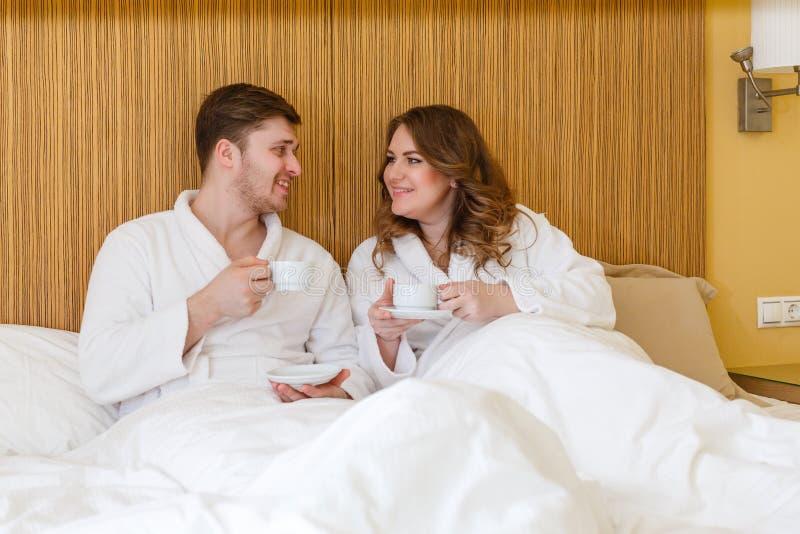 Lyckliga par med koppar arkivbilder