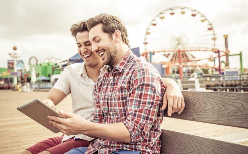 Lyckliga par med minnestavlan royaltyfri bild