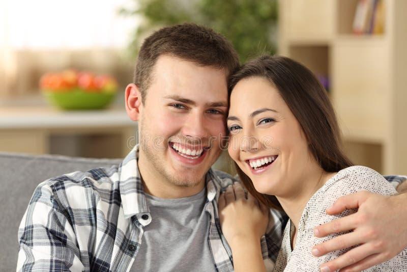 Lyckliga par med perfekta tänder som ser kameran royaltyfri foto