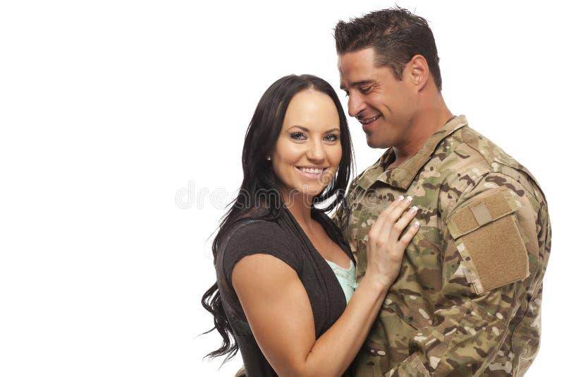 Lyckliga par mot vit bakgrund arkivfoto