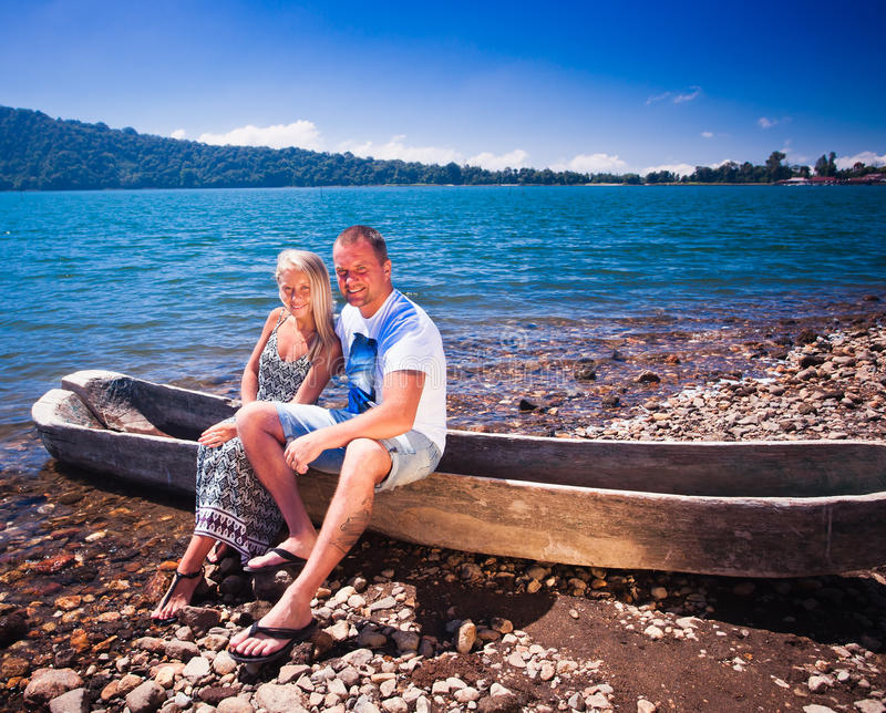 Lyckliga par nära sjön arkivbild