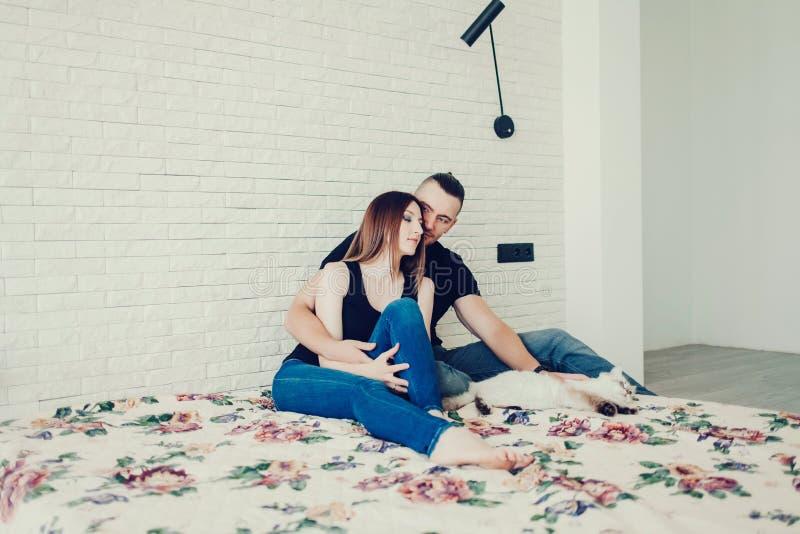 Lyckliga par och katt royaltyfria bilder