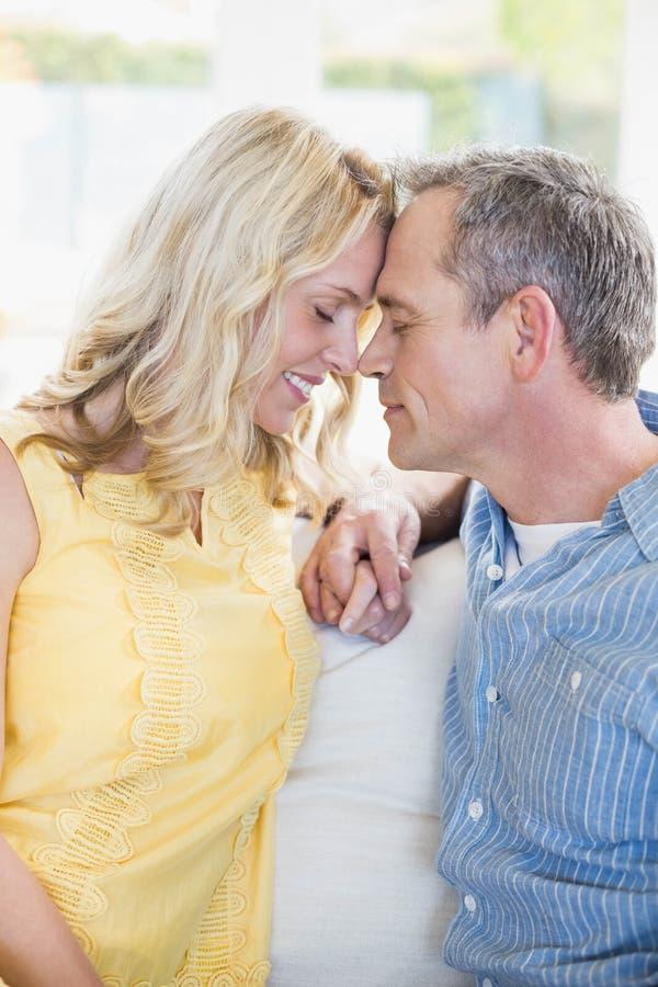 Lyckliga par omkring som ska kyssas arkivbilder