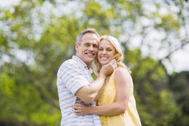 Lyckliga par omkring som ska kyssas arkivfoton